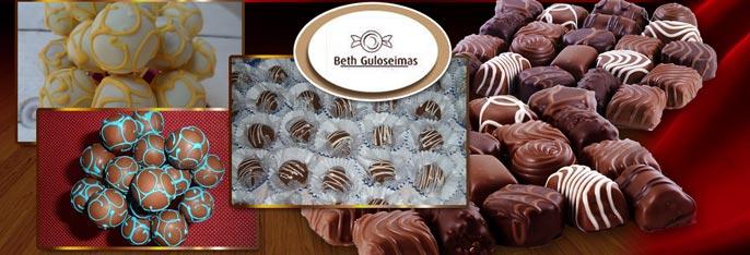 Proporcione essas delícias da Beth Guloseimas para seus convidados! 300 Chocolates decorados em arabesco nas cores do tema da festa por apenas R$149,90.