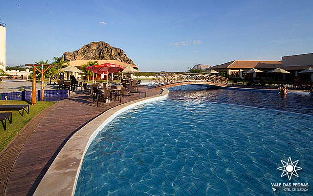 Conforto, lazer e tranquilidade pra você e sua família! Desconto em 2 Diárias para 2 pessoas + 1 Criança de 0 a 7 anos GRÁTIS + Café da manhã no Vale das Pedras Hotel de Quixadá por R$249.